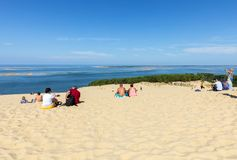 Άνθρωποι στον αμμόλοφο Pilat, ο πιό ψηλός αμμόλοφος άμμου στην Ευρώπη Λα teste-de-Buch, κόλπος του Αρκασόν, Aquitaine, Γαλλία στοκ φωτογραφία με δικαίωμα ελεύθερης χρήσης