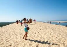 Άνθρωποι στον αμμόλοφο Pilat, ο πιό ψηλός αμμόλοφος άμμου στην Ευρώπη Λα teste-de-Buch, κόλπος του Αρκασόν, Aquitaine, στοκ φωτογραφίες