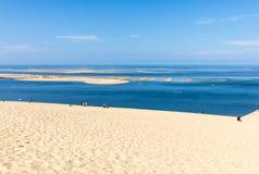 Άνθρωποι στον αμμόλοφο Pilat, ο πιό ψηλός αμμόλοφος άμμου στην Ευρώπη Λα teste-de-Buch, κόλπος του Αρκασόν, Aquitaine, στοκ εικόνα με δικαίωμα ελεύθερης χρήσης