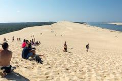 Άνθρωποι στον αμμόλοφο Pilat, ο πιό ψηλός αμμόλοφος άμμου στην Ευρώπη Λα teste-de-Buch, κόλπος του Αρκασόν, Aquitaine, στοκ εικόνα