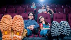 Άνθρωποι στον κινηματογράφο που φορά τα τρισδιάστατα γυαλιά Στοκ Εικόνα