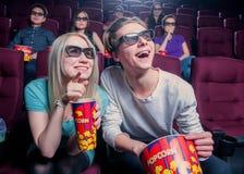 Άνθρωποι στον κινηματογράφο που φορά τα τρισδιάστατα γυαλιά Στοκ Εικόνες