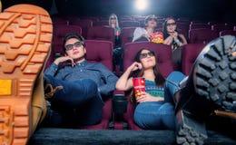 Άνθρωποι στον κινηματογράφο που φορά τα τρισδιάστατα γυαλιά Στοκ Φωτογραφία