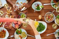 Άνθρωποι στον πίνακα με τα τρόφιμα που τρώνε και που πίνουν Στοκ φωτογραφίες με δικαίωμα ελεύθερης χρήσης