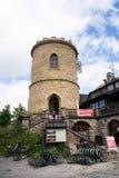 Άνθρωποι στον παλαιότερο τσεχικό πύργο επιφυλακής πετρών - πύργος επιφυλακής Josefs στο υποστήριγμα Klet στο δάσος Blansky Στοκ Εικόνες