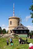 Άνθρωποι στον παλαιότερο τσεχικό πύργο επιφυλακής πετρών - πύργος επιφυλακής Josefs στο υποστήριγμα Klet στο δάσος Blansky Στοκ Φωτογραφία