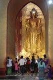 Άνθρωποι στο άγαλμα του Βούδα του ναού Ananda Στοκ φωτογραφία με δικαίωμα ελεύθερης χρήσης