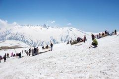 Άνθρωποι στο άσπρο χιόνι, χειμερινές χιονοπτώσεις στοκ εικόνα με δικαίωμα ελεύθερης χρήσης