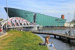 Άνθρωποι στο ανάχωμα κοντά στο κέντρο NEMO, Άμστερνταμ επιστήμης Στοκ φωτογραφία με δικαίωμα ελεύθερης χρήσης