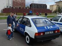 Άνθρωποι στο αυτοκίνητο της κρατικής αυτοκινητικής επιθεώρησης ` moskvich-2141 ` στην έκθεση της παλαιάς τεχνολογίας Στοκ φωτογραφία με δικαίωμα ελεύθερης χρήσης