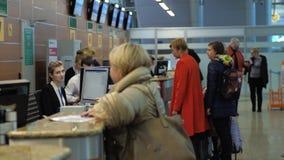 Άνθρωποι στο γραφείο εισόδου στον αερολιμένα Sheremetyevo, Μόσχα φιλμ μικρού μήκους