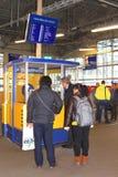 Άνθρωποι στο γραφείο πληροφοριών στον κεντρικό σιδηροδρομικό σταθμό στην Ουτρέχτη, Κάτω Χώρες Στοκ φωτογραφία με δικαίωμα ελεύθερης χρήσης