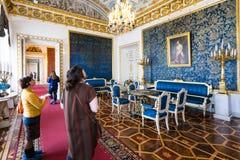 Άνθρωποι στο δωμάτιο στο παλάτι Yusupov στη Αγία Πετρούπολη Στοκ Εικόνα