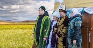 Άνθρωποι στο εθνικό φόρεμα του Καζάκου Στοκ Φωτογραφία