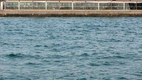 Άνθρωποι στο εστιατόριο κοντά στη θάλασσα απόθεμα βίντεο