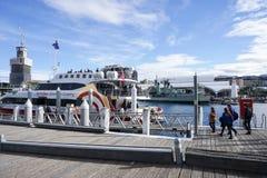 Άνθρωποι στο θαλάσσιο περίπατο για να εισαγάγει την κρουαζιέρα στο λιμάνι αγαπών Στοκ Φωτογραφία