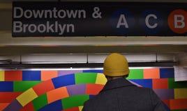 Άνθρωποι στο στο κέντρο της πόλης τοίχο κεραμιδιών σύγχρονης τέχνης σημαδιών πινάκων διαφημίσεων του Μπρούκλιν σταθμών μετρό NYC στοκ εικόνες