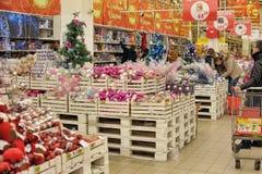 Άνθρωποι στο κατάστημα για να αγοράσει τις διακοσμήσεις Χριστουγέννων Στοκ Φωτογραφία