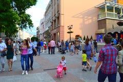 Άνθρωποι στο κεντρικό δρόμο πόλεων Στοκ εικόνα με δικαίωμα ελεύθερης χρήσης