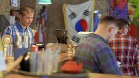 Άνθρωποι στο κορεατικό εστιατόριο απόθεμα βίντεο