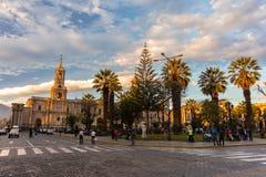 Άνθρωποι στο κύριους τετράγωνο και τον καθεδρικό ναό στο σούρουπο, Arequipa, Περού Στοκ Φωτογραφία