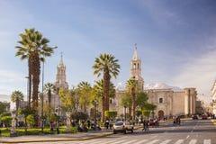 Άνθρωποι στο κύριους τετράγωνο και τον καθεδρικό ναό στο σούρουπο, Arequipa, Περού Στοκ Εικόνες