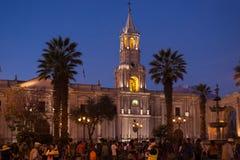 Άνθρωποι στο κύριους τετράγωνο και τον καθεδρικό ναό στο σούρουπο, Arequipa, Περού Στοκ εικόνα με δικαίωμα ελεύθερης χρήσης