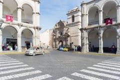 Άνθρωποι στο κύριους τετράγωνο και τον καθεδρικό ναό στο σούρουπο, Arequipa, Περού Στοκ εικόνες με δικαίωμα ελεύθερης χρήσης
