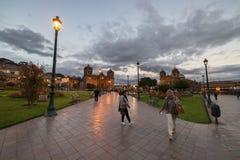 Άνθρωποι στο κύριο τετράγωνο στο σούρουπο σε Cusco, Περού Στοκ εικόνα με δικαίωμα ελεύθερης χρήσης