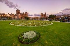 Άνθρωποι στο κύριο τετράγωνο στο σούρουπο σε Cusco, Περού Στοκ Φωτογραφίες