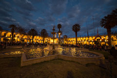 Άνθρωποι στο κύριο τετράγωνο στο λυκόφως, Arequipa, Περού Στοκ Φωτογραφία