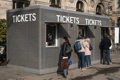 Άνθρωποι στο μετρητή εισιτηρίων Στοκ φωτογραφίες με δικαίωμα ελεύθερης χρήσης