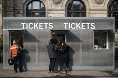 Άνθρωποι στο μετρητή εισιτηρίων Στοκ φωτογραφία με δικαίωμα ελεύθερης χρήσης
