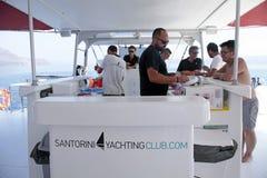 Άνθρωποι στο μετρητή φραγμών στο γιοτ κοντά στο νησί Santorini, Ελλάδα Στοκ Φωτογραφίες