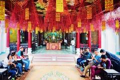 Άνθρωποι στο ναό στην παλαιά πόλη Hoi στοκ φωτογραφία