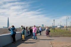 Άνθρωποι στο νησί Krestovsky κοντά στο Κόλπο της Φινλανδίας Αγία Πετρούπολη Ρωσία Στοκ φωτογραφίες με δικαίωμα ελεύθερης χρήσης