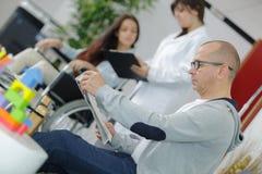 Άνθρωποι στο νοσοκομείο που περιμένουν το γιατρό Στοκ εικόνα με δικαίωμα ελεύθερης χρήσης