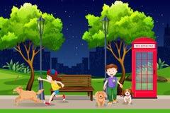 Άνθρωποι στο πάρκο τη νύχτα απεικόνιση αποθεμάτων