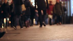 Άνθρωποι στο πεζοδρόμιο Συσσωρευμένη διάβαση πεζών Ζωή πόλεων βράδυ Πόδια ασφαλτώνοντας απόθεμα βίντεο