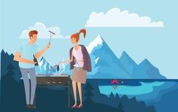 Άνθρωποι στο πικ-νίκ ή Bbq κόμμα στα βουνά Άνδρας και μαγειρεύοντας μπριζόλες και λουκάνικα γυναικών στη σχάρα μεγάλα βουνά βουνώ Στοκ Εικόνες