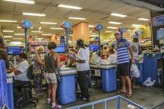 Άνθρωποι στο σημείο μετρητών μιας υπεραγοράς στο Ρίο Στοκ εικόνα με δικαίωμα ελεύθερης χρήσης