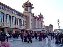 Άνθρωποι στο σιδηροδρομικό σταθμό του Πεκίνου στο Πεκίνο, Κίνα Στοκ Εικόνες