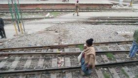 Άνθρωποι στο σιδηρόδρομο, άποψη από την κίνηση του τραίνου σε Amritsar απόθεμα βίντεο