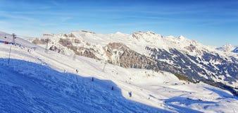 Άνθρωποι στο σκι και σνόουμπορντ στο θέρετρο χειμερινού αθλητισμού στο ελβετικό Al Στοκ εικόνες με δικαίωμα ελεύθερης χρήσης