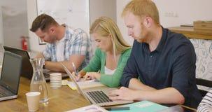 Άνθρωποι στο στάδιο της εργασίας και της δημιουργίας απόθεμα βίντεο