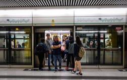 Άνθρωποι στο σταθμό μετρό στο Χονγκ Κονγκ Στοκ Εικόνες