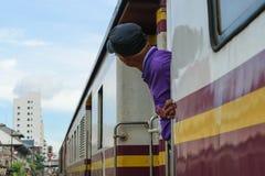 Άνθρωποι στο ταϊλανδικό τραίνο Στοκ φωτογραφία με δικαίωμα ελεύθερης χρήσης