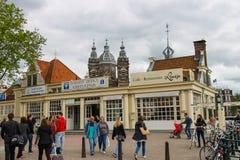 Άνθρωποι στο τετράγωνο κοντά στο σιδηροδρομικό σταθμό στο Άμστερνταμ Στοκ εικόνες με δικαίωμα ελεύθερης χρήσης