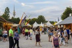 Άνθρωποι στο φεστιβάλ θερινού Tollwood στο Μόναχο Στοκ Φωτογραφίες