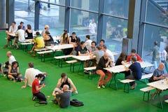 Άνθρωποι στο φραγμό εστιατορίων στο φεστιβάλ σόναρ Στοκ φωτογραφία με δικαίωμα ελεύθερης χρήσης